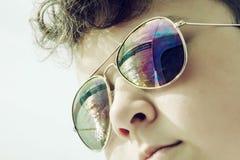 Nastoletni chłopak z odzwierciedlać most w okularach przeciwsłonecznych Fotografia Royalty Free