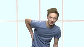 Nastoletni chłopak z silnym backache zdjęcie wideo