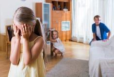 Nastoletni chłopak z siostrami bawić się aport fotografia royalty free