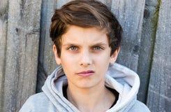Nastoletni chłopak z warkliwym wyrażeniem Obraz Royalty Free
