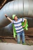 Nastoletni chłopiec bohater pod przemysłowym rurociąg Obrazy Stock