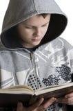 nastoletni chłopiec czytanie Obraz Stock