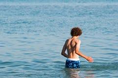 Nastoletni chłopiec dopłynięcie w jeziornym Erie zdjęcia royalty free