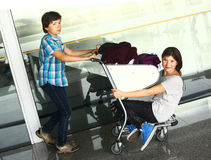 Nastoletni chłopiec i dziewczyny czekanie w lotnisku obraz stock