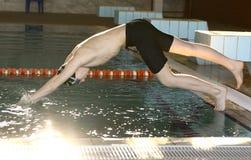 Nastoletni chłopiec jupm w pływackiego basenu wodę obraz royalty free