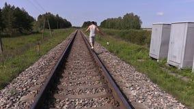 Nastoletni chodzący daleko od i próbujący równowaga na poręczach zbiory wideo