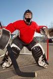 Nastoletni drogowy hokejowy bramkarz outside na ulicie Zdjęcia Stock
