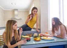 Nastoletni dziewczyna najlepszych przyjaciół lunchu łasowanie przy kuchnią zdjęcie stock