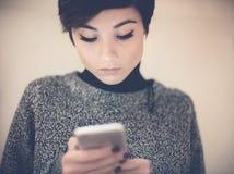 Nastoletni dziewczyna portret z telefonem komórkowym obraz royalty free