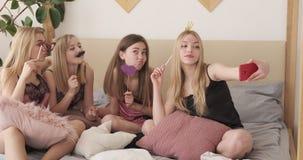 Nastoletni dziewczyna przyjaciele trzyma przyjęć wsparcia i bierze selfie przy sen przyjęciem zbiory wideo