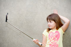 Nastoletni dziewczyna stojaki z monopod w rękach Zdjęcie Royalty Free