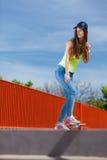 Nastoletni dziewczyny łyżwiarki jazdy deskorolka na ulicie Fotografia Royalty Free