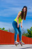 Nastoletni dziewczyny łyżwiarki jazdy deskorolka na ulicie Zdjęcia Stock