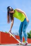 Nastoletni dziewczyny łyżwiarki jazdy deskorolka na ulicie Obrazy Royalty Free