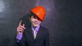 Nastoletni gniewny chłopiec architekt wrzeszczy zawodzącego błędu zwolnione tempo budowniczy w hełmie przysięga zbiory