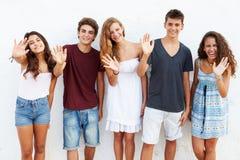 Nastoletni Grupowy Opierać Przeciw Ściennemu falowaniu Zdjęcie Stock