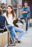 Nastoletni i jego przyjacielu po konfliktu outdoors Zdjęcie Stock