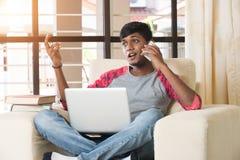Nastoletni indyjski męski używa laptop Zdjęcia Royalty Free