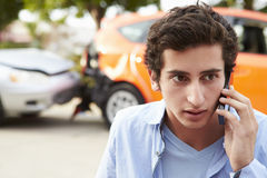 Nastoletni kierowca Robi rozmowie telefonicza Po wypadku ulicznego zdjęcia royalty free