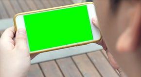 Nastoletni mienie smartphone w rękach zielenieje ekran zdjęcie royalty free
