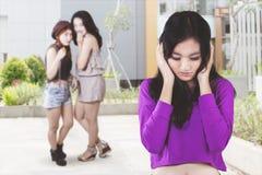 Nastoletni najlepsi przyjaciele plotkuje dziewczyny smutnej z gry oddzielnie zdjęcia royalty free