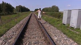 Nastoletni odprowadzenie i próbować balansować na poręczach zbiory wideo