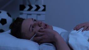 Nastoletni opowiadać na telefonie z przyjacielem, mum przybycie w pokoju, naruszenie prywatności zdjęcie wideo