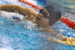 nastoletni pływanie styl wolny w basenie obraz stock