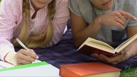 Nastoletni pary studiowanie zanudzał z pracą domową, trudny program edukacyjny, szkoła zdjęcie wideo