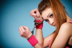 Nastoletni przestępstwo - nastolatek dziewczyna w kajdankach Obrazy Stock