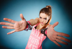 Nastoletni przestępstwo - nastolatek dziewczyna w kajdankach Zdjęcie Stock