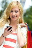 nastoletni przyglądający dziewczyny telefon komórkowy Fotografia Stock