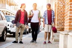 Nastoletni przyjaciele chodzi przy ulicą Zdjęcia Stock
