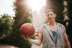 Nastoletni streetball gracz z piłką w ręce Zdjęcia Stock