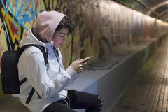 Nastoletni studencki opowiadać na telefonie komórkowym zdjęcia royalty free