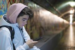 Nastoletni studencki opowiadać na telefonie komórkowym fotografia stock