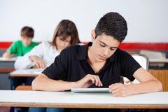 Nastoletni student uniwersytetu Używa Cyfrowej pastylkę Przy Zdjęcie Royalty Free