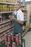 Nastoletni supermarketa pracownik Zdjęcia Royalty Free