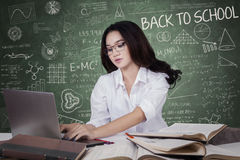 Nastoletni uczeń uczy się z laptopem w klasie Fotografia Royalty Free