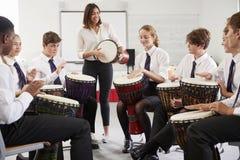 Nastoletni ucznie Studiuje perkusję W Muzycznej klasie fotografia royalty free