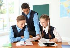 Nastoletni ucznie w sala lekcyjnej obraz stock