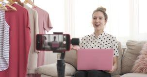 Nastoletni vlogger używać laptop i nagrania nowego wideo przy jej butikiem zbiory