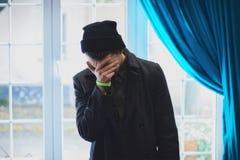 Nastoletni zakrywał jego twarz, zerkanie przez jego palców zdjęcia stock