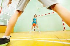 Nastoletnia Azjatycka dziewczyna drybluje koszykówkę na sądzie fotografia royalty free
