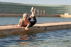 Nastoletnia balerina przy plenerowym krótkopędem przy oceanem kąpać się - Krajobrazowego format zdjęcia stock