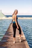 Nastoletnia balerina przy plenerowym krótkopędem przy oceanem kąpać się w Newcastle - portreta format zdjęcie stock
