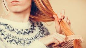Nastoletnia blondynki dziewczyna szczotkuje jej włosy z gręplą Zdjęcia Royalty Free