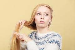 Nastoletnia blondynki dziewczyna szczotkuje jej włosy z gręplą Obrazy Royalty Free