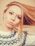 Nastoletnia blondynki dziewczyna szczotkuje jej włosy z gręplą Zdjęcie Royalty Free