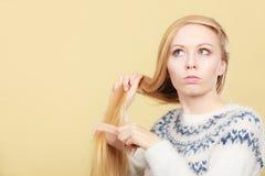 Nastoletnia blondynki dziewczyna szczotkuje jej włosy z gręplą Fotografia Royalty Free
